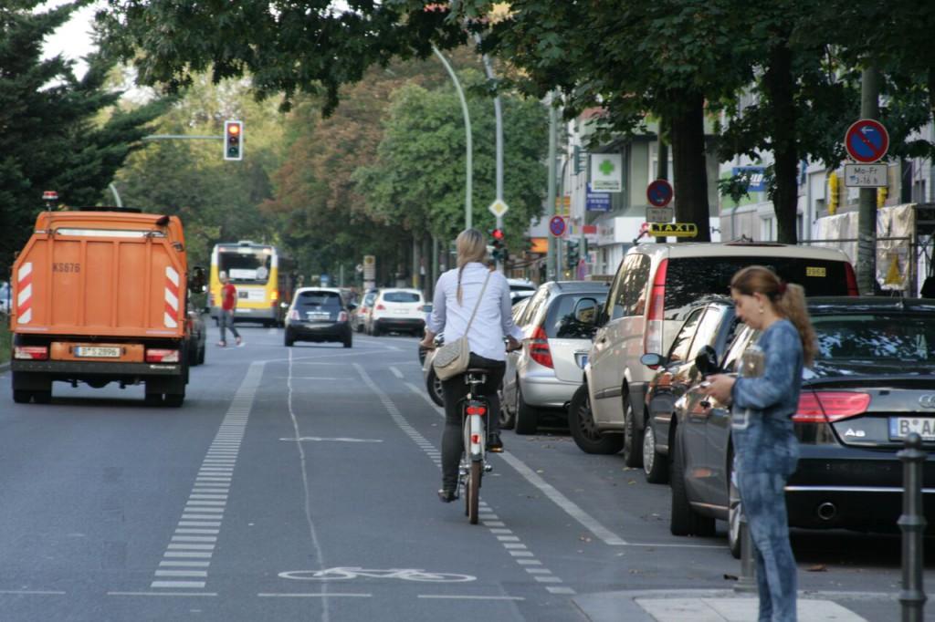 Fahrrad Citybike Berlin Frau auf Fahrrad Strasse