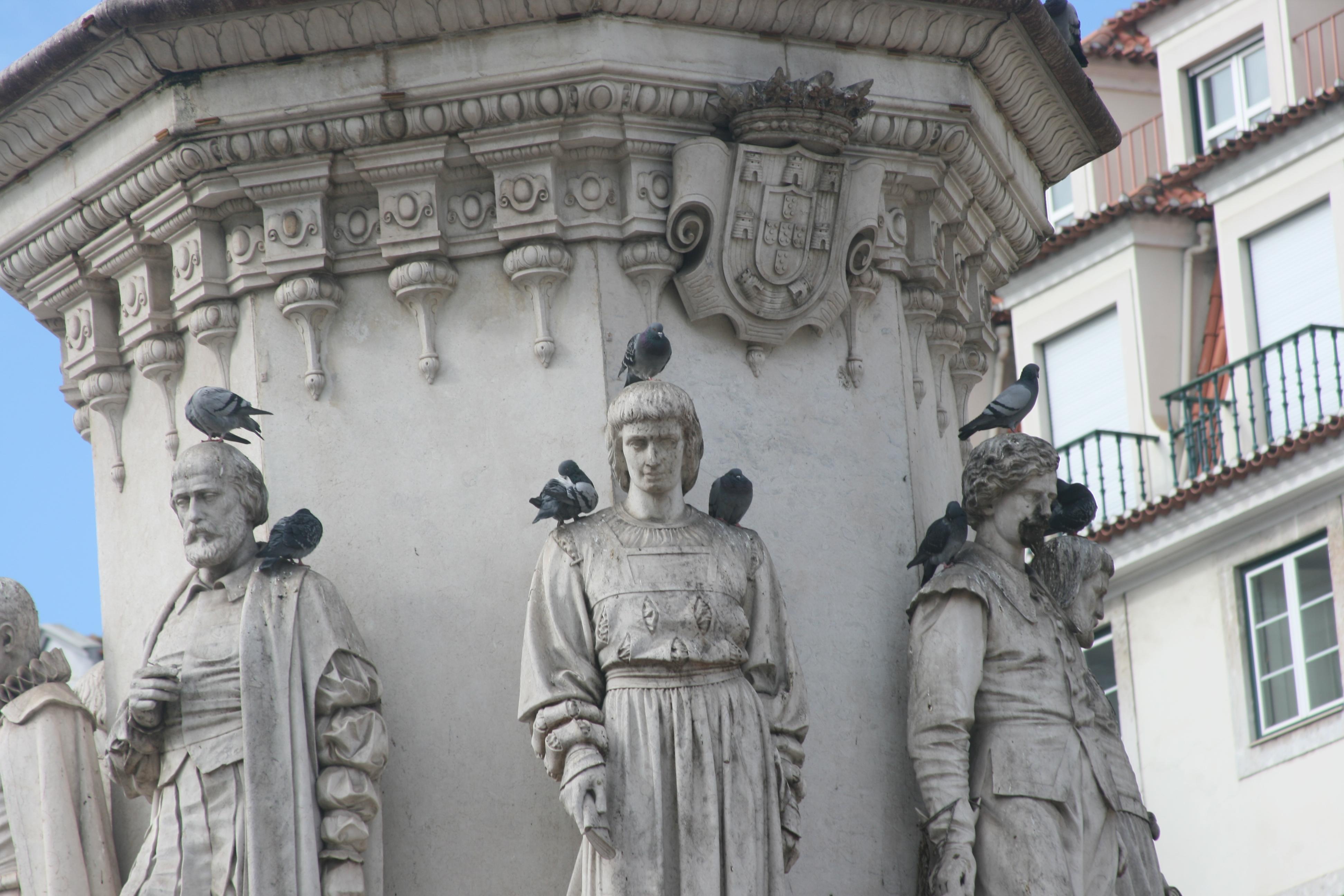 Platz Praça Luís de Camões ist ein Platz Statue mit Tauben