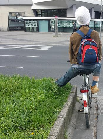 Fahrrad Fuss auf Blumenkasten abstellen