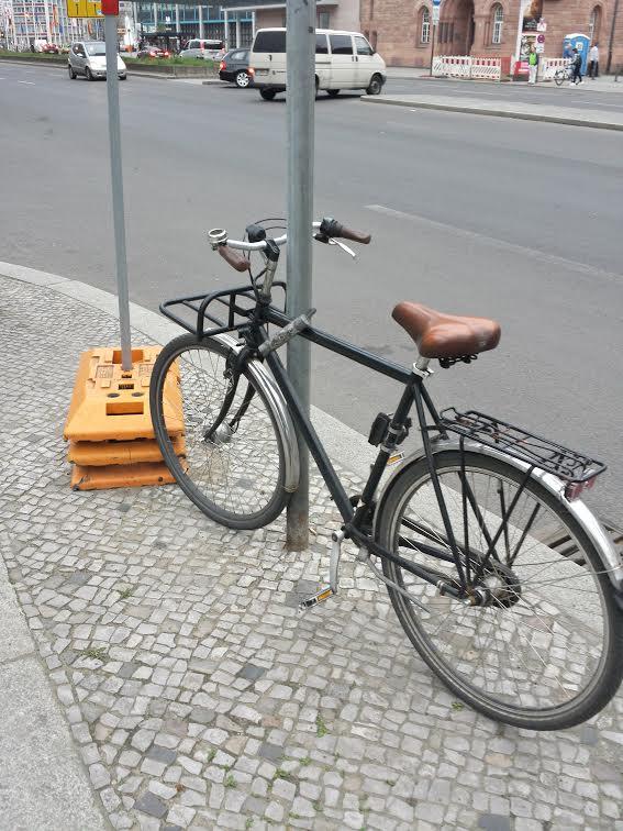 Fahrrad angeschlossen an Laterne