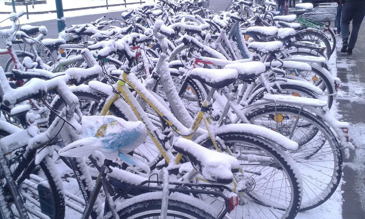 Schnee bedeckte Fahrräder