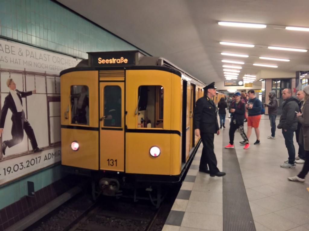 Ubahn fährt ein historische Ubahn berlin u9