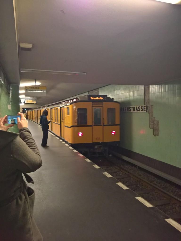 Ubahn fährt aus historische Ubahn u9 berlin