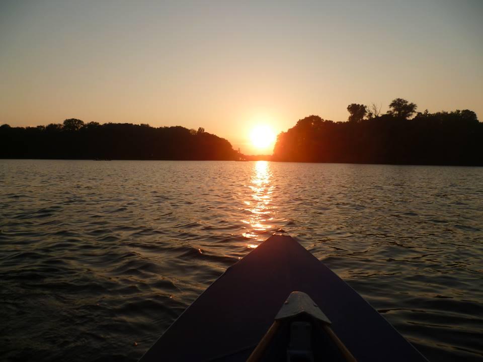 inseln in Berlin abends Sonnenuntergang vom Boot aus auf dem Tegeler See in Berlin