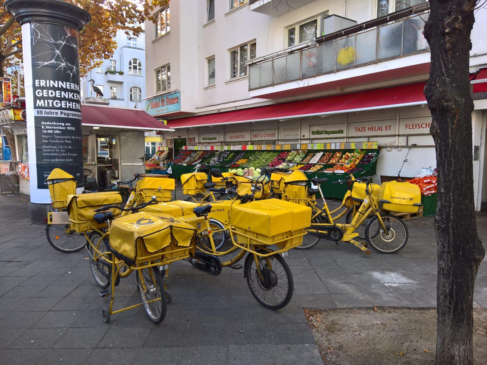 typisch berlin post fahrraeder viele warum berlin