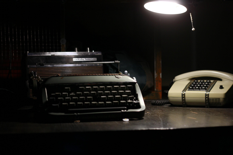 Schreibmaschine und Telefon im Knast Escape Game Berlin Knast Spiel Erfahrung
