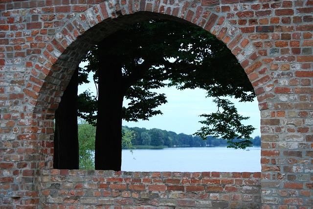 Berlin am Wasser Blick entlang von Ziegelmauer auf Ruppiner See
