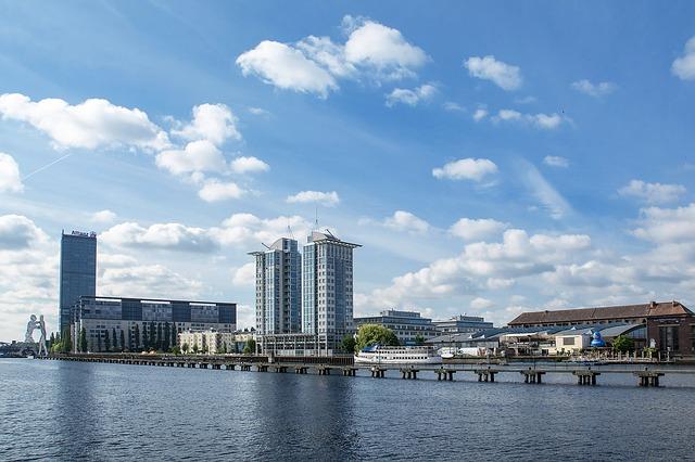 Berlin am Wasser Blick auf die Treptowers Havel